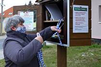 V městské části Plzeň - Litice pomáhají seniorům i všem dalším potřebným občanům s ušitím a získáním ochranných roušek. Místní knihobudky se změnily na rouškomaty, do kterých dobrovolnice doplňují roušky, které doma ušijí. Mimo tato dvě výdejní místa rozv