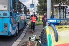 Nehoda autobusu v Plzni na křižovatce ulic Nepomucká a Pod Bručnou
