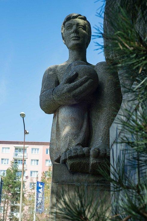 Sousoší Radost ze života vytvořil v 80. letech plzeňský sochař a keramik Zdeněk Jílek.