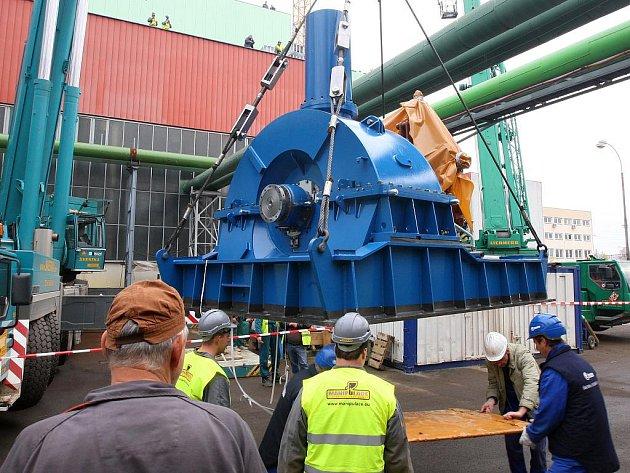 Dvacetitunovou turbínu musel dostat do strojovny otvorem ve střeše speicální jeřáb.