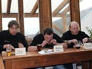 Jaroslav Němec (uprostřed) zvítězil v pojídání steaků v časovém limitu pěti minut. K úspěchu mu určitě dopomohlo i to, že jako jediný  nepoužíval během soutěže příbor