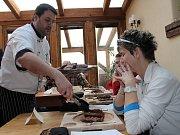 Každý jedlík dostal na začátku soutěže na prkénko tři steaky o celkové hmotnosti 600 gramů. Někteří si přidali ještě další, jiným naopak stačily dvě masa