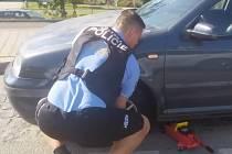 Strážník na kole si všiml odstaveného auta a staršího řidiče, kterému pomohl vyměnit proraženou pneumatiku. Foto zaslala Jana Pužmanová