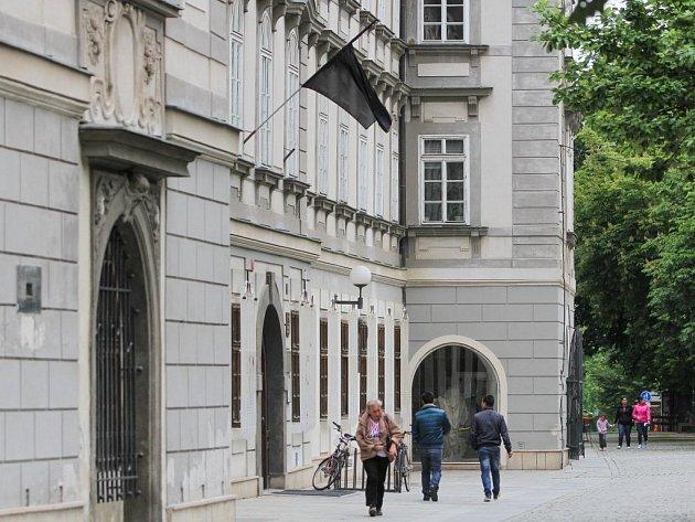 Černý prapor vlaje na Studijní a vědecké knihovně ve Smetanových sadech kvůli tragedii v Horní Bříze