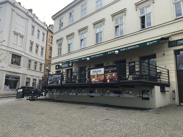 Pivo ztanku si můžete dát UMansfelda ve Dřevěné ulici. Zrestaurace je krásný výhled do Křižíkových sadů.