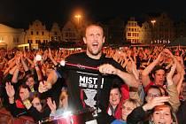 Takhle si vloni na náměstí Republiky užíval společně s fanoušky oslavy mistrovského titulu obránce Roman Hubník. Ve středu večer si se svými spoluhráči kapitán fotbalistů Viktorie Plzeň oslavy titulu na největším plzeňském náměstí zopakuje.