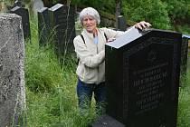 Kronikářka Alena Vlčková ukazuje vzácný náhrobek rodiny Treichlingerových na hřbitově ve Štěnovicích.