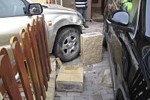 Auto proletělo plotem a skončilo na prahu rodinného domu