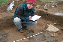 Archeoložka Anna Svatušková zakresluje nálezovou situaci, což je nezbytné před vyjmutím artefaktů ze země. V bohatě vybaveném hrobu našli vědci keramické nádoby, ale i železný meč
