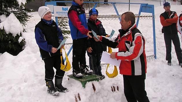 Ředitel závodu  15 km Šumavou a předseda pořádajícího klubu Pavel  Formánek (vpravo) předává ceny nejlepším  závodníkům žákovské kategorie