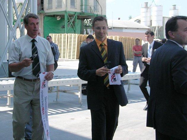 Krátce před jedenáctou dopoledne vyvvrcholilo slavnostní otevření nové výrobní linky symbolickým přestřižením pásky. Nalevo generální ředitel firmy B&BC, a. s., Vladimír Tomášek