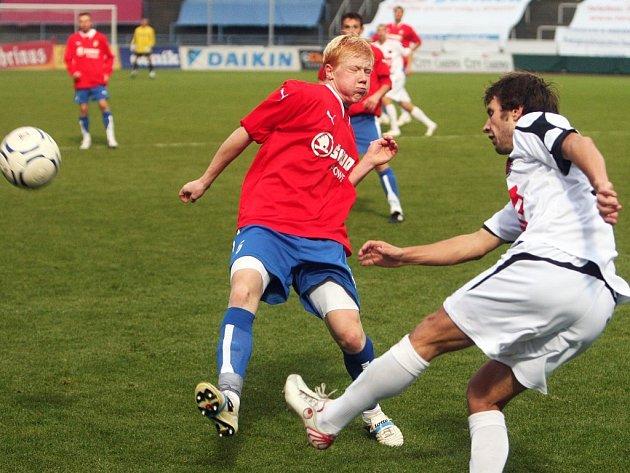 Obránce Viktorie Plzeň B Jan Chvojan (vlevo) se snaží zblokovat centr soupeře ve středečním předehrávaném utkání ČFL s béčkem Českých Budějovic.