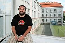 S kompletní výměnou starých oken a dveří se na Gymnáziu v Plzni na Mikulášském náměstí začne už za několik týdnů.  Na snímku je ředitel Petr Mazanec