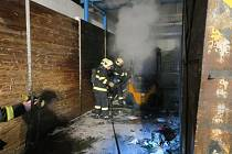 Hořet začalo v areálu třídírny odpadů AVE ve Cvokařské ulici