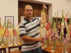 Pěstitel Pavel Novák ukazuje gladiolu, druh Assol, na kterou je právem pyšný. Tuto odrůdu, která byla vyšlechtěna zřejmě v Rusku, sehnal od jednoho pěstitele na Slovensku