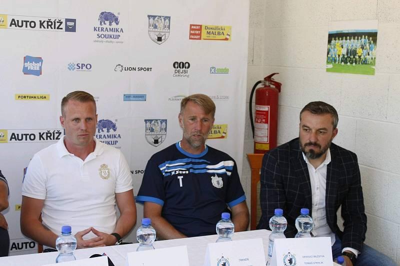 Na konec kariéry se David Limberský upsal třetiligovým Domažlicím, kde trénuje jeho kamarád Pavel Vaigl.