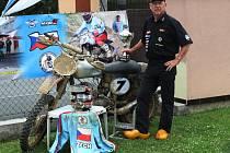 Karel Kozák po návratu z úspěšného závodu v Holandsku, kde vybojoval motokrosový titul mistra Evropy pro rok 2014 v kategorii nad šedesát let. Na snímku je se svým  motocyklem ČZ 380 vyrobeným v roce  1964