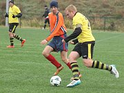 Ze zápasu městského přeboru mezi Rapidem B (v oranžových dresech) a Lhotou B (ve žlutém).