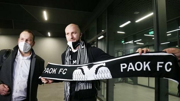Michael Krmenčík (vpravo) s černobílou klubovou šálou.