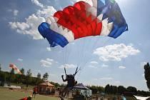 Soutěž parašutistů na borské přehradě