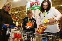 V rámci akce Zdravý košík hodnotily nakoupené potraviny, případně  navrhovaly vhodnější varianty nutriční terapeutky z plzeňské fakultní nemocnice Hana Šedinová a Eva Lupáčová (zprava).