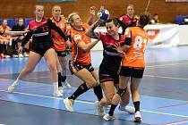 Zápas MOL ligy žen DHC Plzeň - Baník Most (házenkářky v oranžovém) z prosince minulého roku