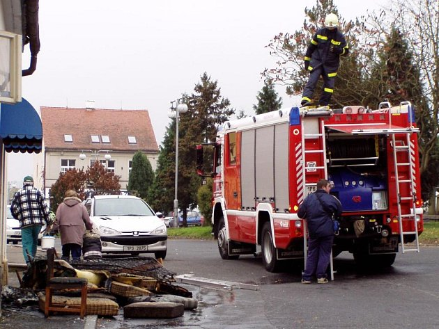 Krátce  po poledni došlo na náměstí v Blovicích k požáru jednoho neobydleného domu patřícího pekařské firmě ORI. Oheň se podařilo blovickým hasičům zlikvidovat za dvacet minut