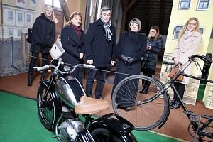 První dáma Ivana Zemanová v Muzeu motocyklů a českých hraček v Kašperských Horách
