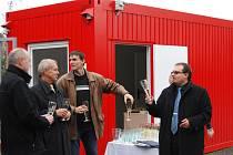 Dokončení stavby zapili také (zleva) starosta Kralovic Rudolf Salfický, starosta Plas Miloslav Hurt, plaský tajemník Josef Domabyl a Marek Sýkora z Regionální rozvojové agentury