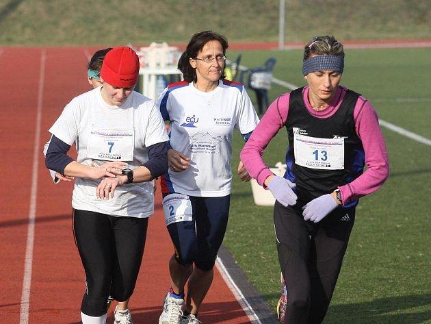 Ivana Sekyrová (vpravo) se hned po startu odpoutává od svých soupeřek  a  vyráží vstříc vítězství  i  premiérovému českému rekordu v běhu na 20 000 metrů