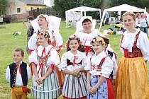 JAKO TEHDY. Slavnostní průvod v dobových kostýmech, krojích a s lidovou hudbou prochází Starým Plzencem.