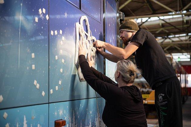 Vánoční tramvaj vyjede vPlzni vneděli, rozsvítí jí dva tisíce světýlek.