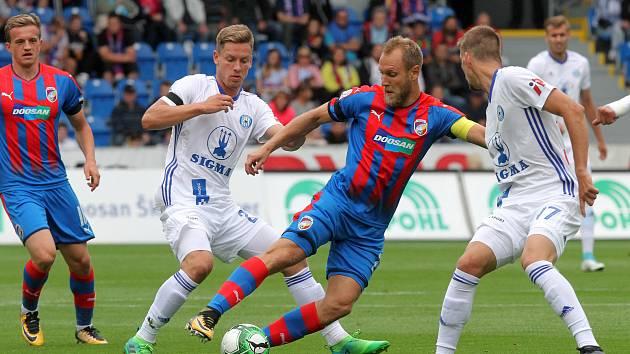 Podzimní vzájemné měření sil skončilo výhrou Viktorie 1:0. Na snímku olomoucký Lukáš Kalvach v souboji s Danielem Kolářem.