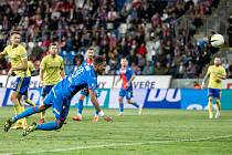 ROZHODUJÍCÍ MOMENT zápasu, Jean-David Beauguel se položil hlavou do centru Dominika Janoška, a i když si gólman Šiška na míč sáhl, v cestě do sítě ho nezastavil.