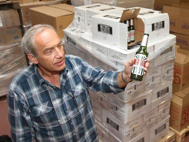 Jaromír Sýkora v likérce L´Or ukazuje jednu z lahví alkoholu, který se ještě může prodávat.