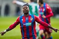 Plzeňský fotbalista Adriel Ba Loua se raduje z gólu do sítě Jablonce.
