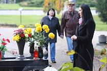 Dušičky. Hroby na hřbitovech v těchto dnech září svíčkami, lidé si připomínají své blízké. Samotné rozloučení však v posledních letech bývá skromnější. Drahý obřad si nemůže každý dovolit.