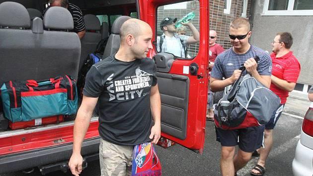 Během třiceti hodin projedou v mikrobusu šest zemí, jenom aby mohli být u toho. Dvanáct fotbalových dobrodruhů vyrazilo v úterý krátce po desáté hodině dopoledne od tribuny stadionu ve Štruncových sadech v Plzni do tureckého Istanbulu.