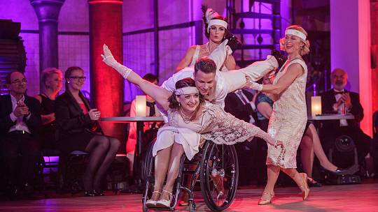 Hvězdy v pivovaru tančily pro Paraple. Zprava Dana Batulková, Kateřina Baďurová, Jan Onder a na vozíku Marie Nahodilová.