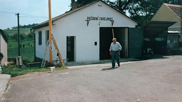 Nově postavená hasičská zbrojnice v Brodeslavech v roce 1987.
