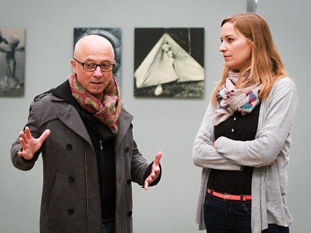 Kurátor  výstavy Ráj mezi čtyřmi řekami Jean-Pierre Moulères  a Kristýna Jirátová z týmu Plzeň 2015 před jedním z 75 panelů. Výstava je v DEPU k vidění do konce ledna 2016.