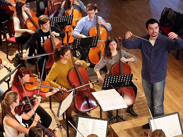 Sedmdesátičlenný studentský orchestr složený z hudebníků z Plzně,  Monsu, Vratislavi, Košic a Rigy už pilně nacvičuje skladbu Pět řek