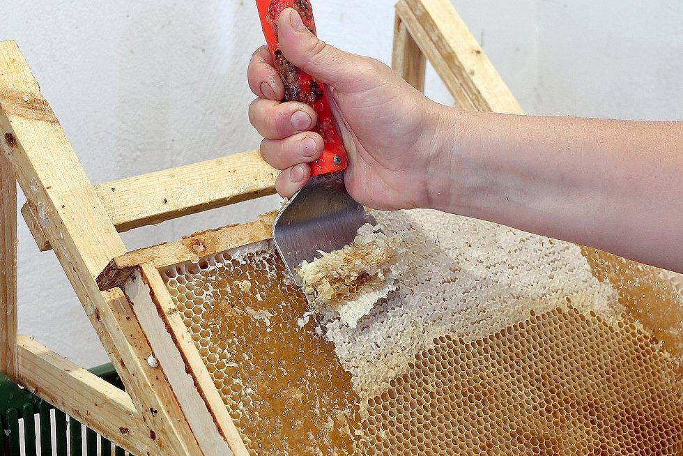 23 – Odstrańování víček lze provádět i strojově, to se ale vyplatí pouze velkovčelařům.