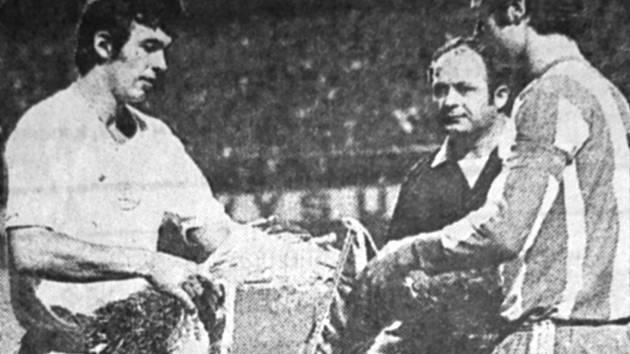 KAPITÁNI. Domácí František Plass (vlevo) , kterému se později přezdívalo plzeňský Beckenbauer, a opravdový Franz Beckenbauer před památným zápasem 15. září 1971 v Plzni. Třetím na snímku je kyperský rozhodčí Xanhoulis. x