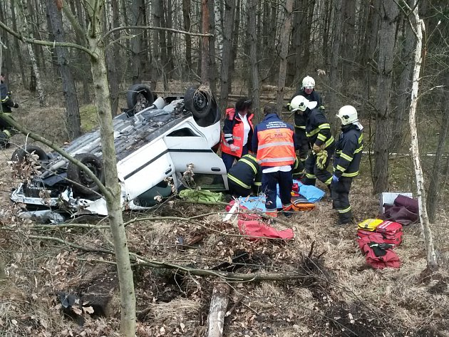 Při dopravní kolizi, která se odehrála minulou středu u Záluží, zůstala řidička zaklíněná ve voze