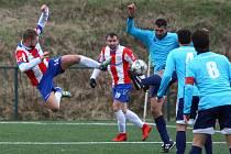 Petr Knakal (u míče) v zápase proti Berounu.