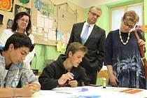 Jak se učí žáci ve speciálních třídách, se přesvědčil i poslanec Miroslav Kalousek