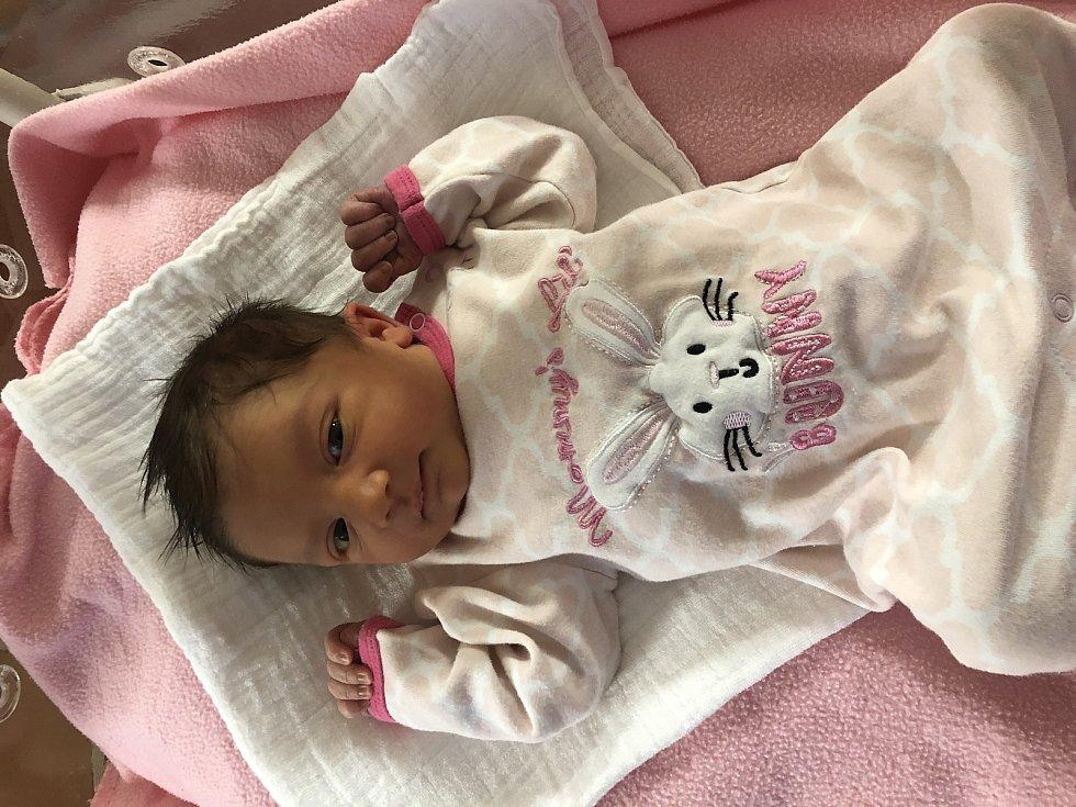 Nelly Hrabíková z Drslavic se narodila v klatovské porodnici 25. listopadu v 00:05 hodin (2980 g, 48 cm). Rodiče Simona a Miroslav se na holčičku moc těšili, stejně tak její starší bráška Matthias (4,5 roku). Tatínek byl u porodu a pohlaví miminka věděli