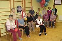 Na snímku skupina cvičenců Domova pro seniory u Svatého Jiří se svou cvičitelkou Zuzanou Balounovou.