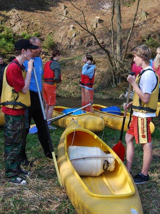 Vodáci z Kralovic a okolí si letos poprvé sjeli řeku Střelu